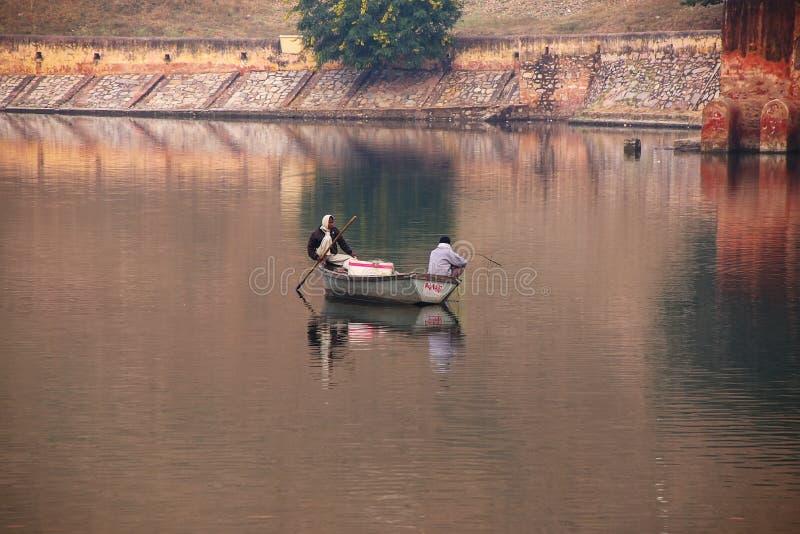 Lokala män som fiskar i Maota sjön nära Amber Fort, Rajasthan, Indi arkivfoto
