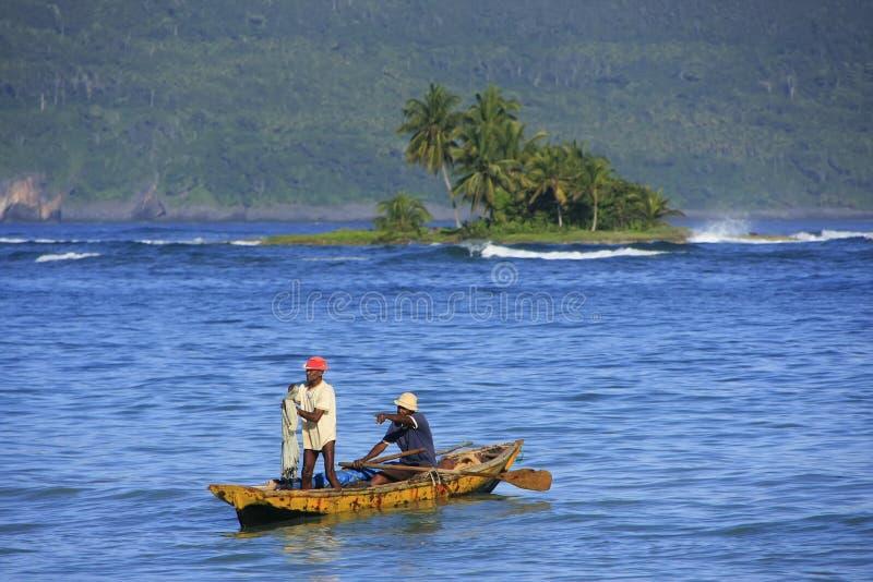 Lokala män som fiskar nära Las Galeras, Samana halvö arkivfoton