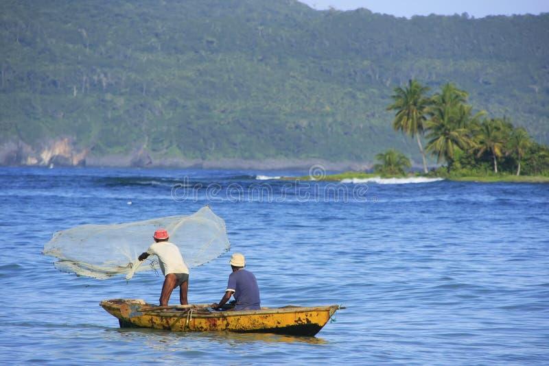 Lokala män som fiskar nära Las Galeras, Samana halvö arkivfoto