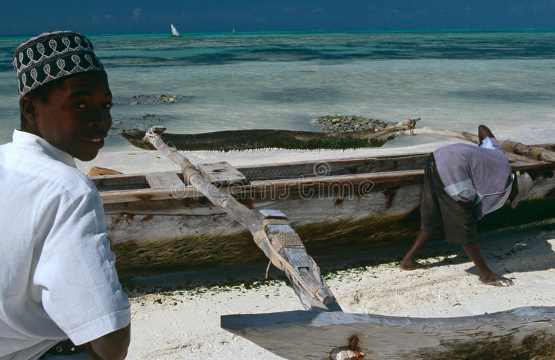 Lokala pojkar på stranden i Zanzibar arkivbild