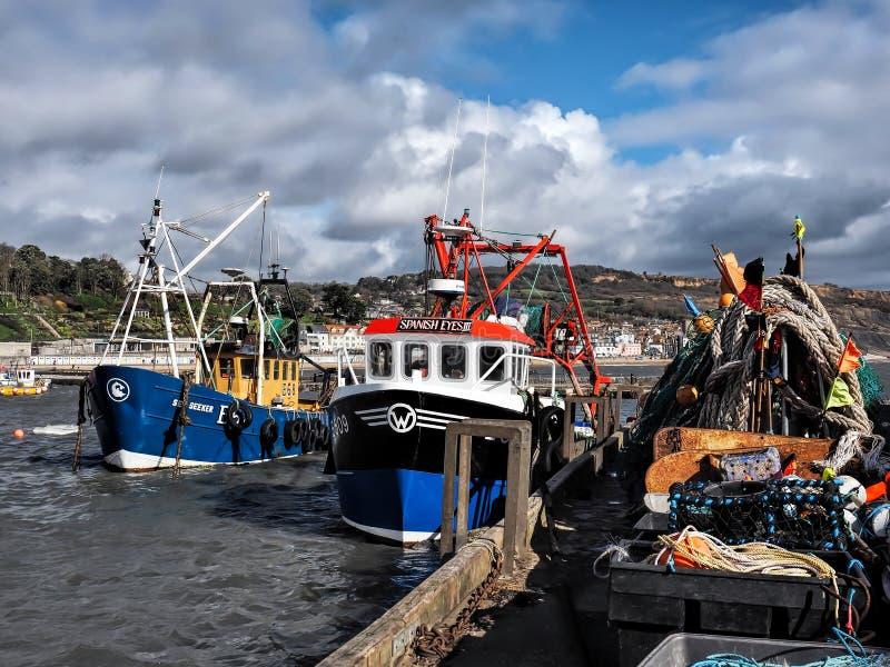 Lokala trålare - Lyme Regis Harbour royaltyfria foton