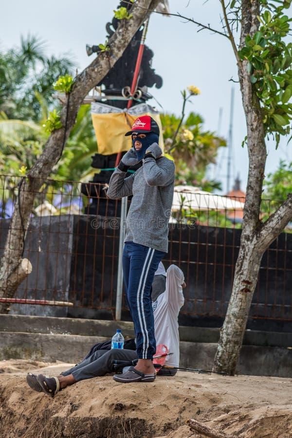 Lokale Balinees houdend niet van de zon die zijn huid branden royalty-vrije stock foto