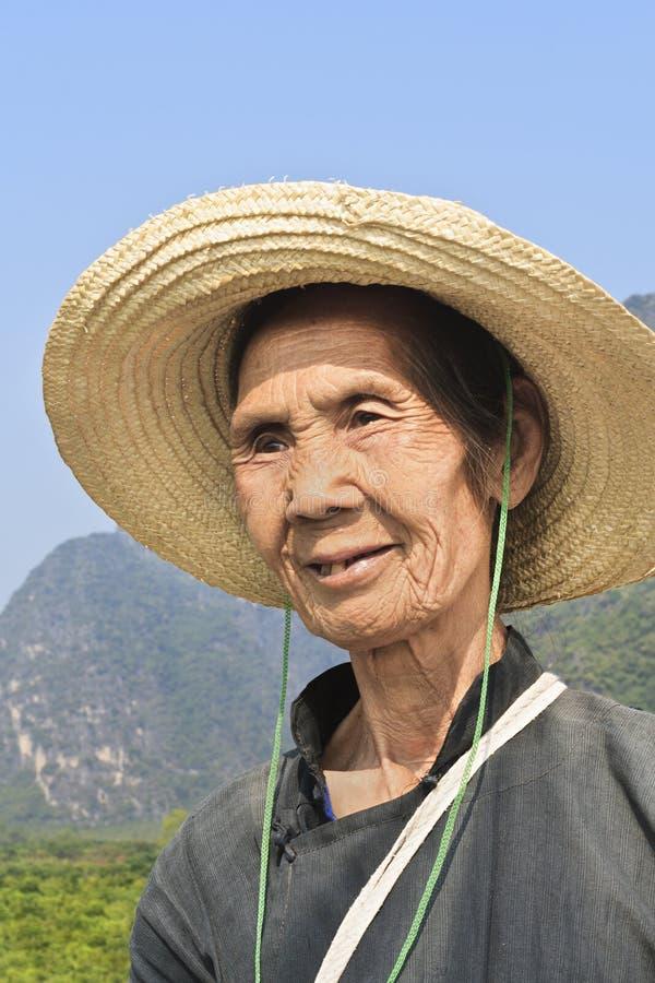 Lokale bejaarden met een hoed als zonbescherming, Yangshuo, China stock fotografie