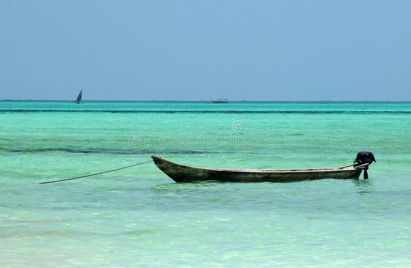 Lokale boot bij het strand van Zanzibar royalty-vrije stock foto's