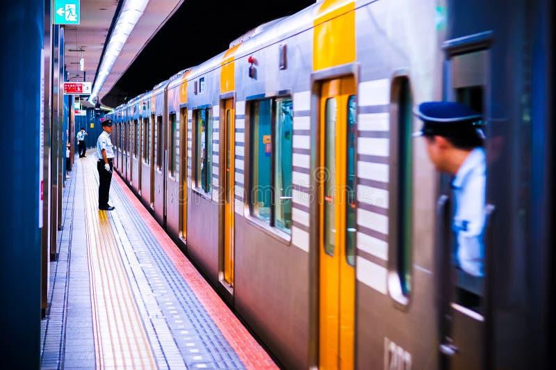 Lokale commutortrein bij Namba-post, Osaka, Japan royalty-vrije stock afbeelding