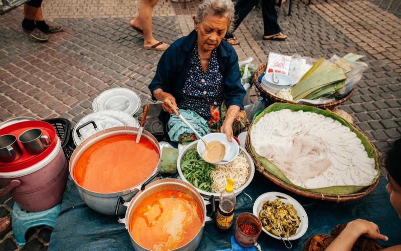 Lokale de marktverkopers van Thailand bij een traditionele winkel van het Straatvoedsel stock foto