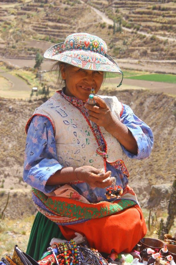 Lokale dorpsvrouw in Peru stock afbeeldingen