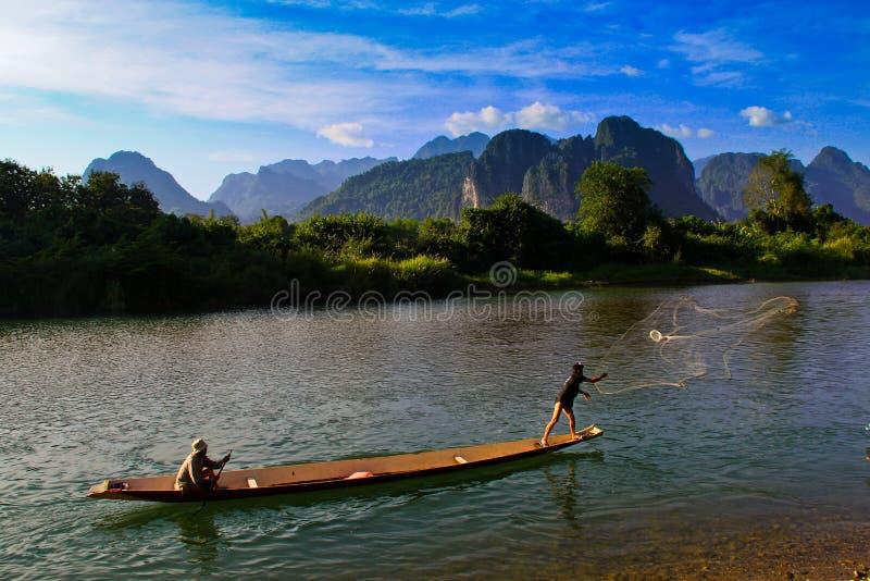 Lokale Fischer in Vang Vieng, Laos stockfoto