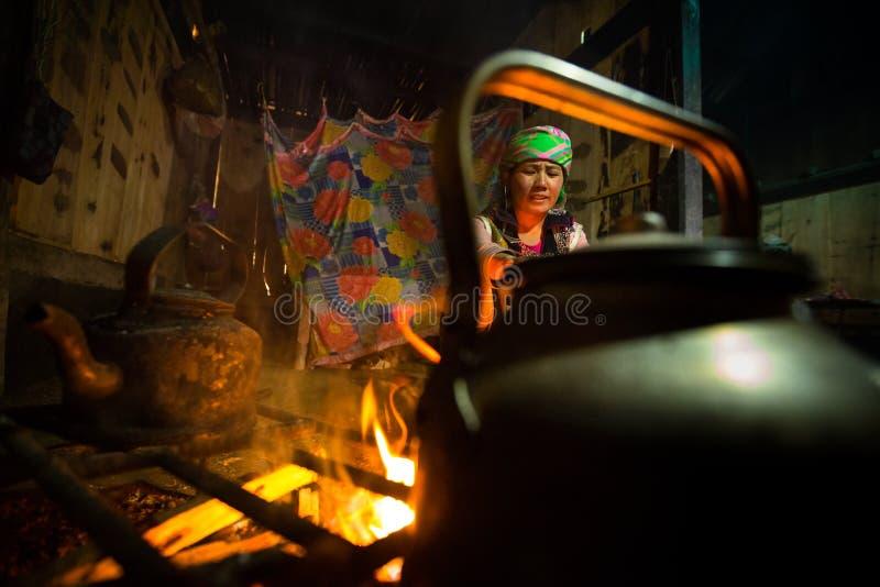 Lokale Hmong-Bergvolkfrau kocht Abendessen in ihrem Haus lizenzfreies stockfoto