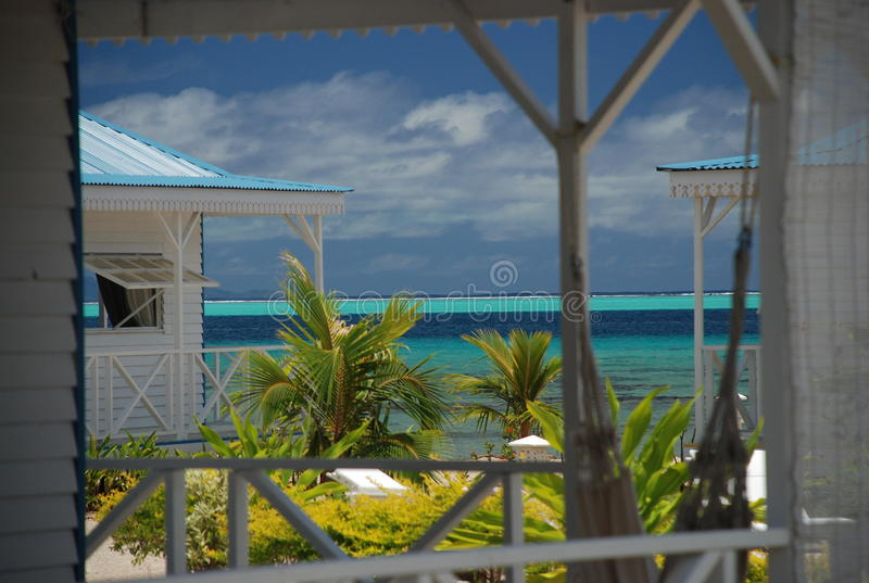 Lokale huizen door het strand. Raiatea, Franse Polynesia stock afbeelding