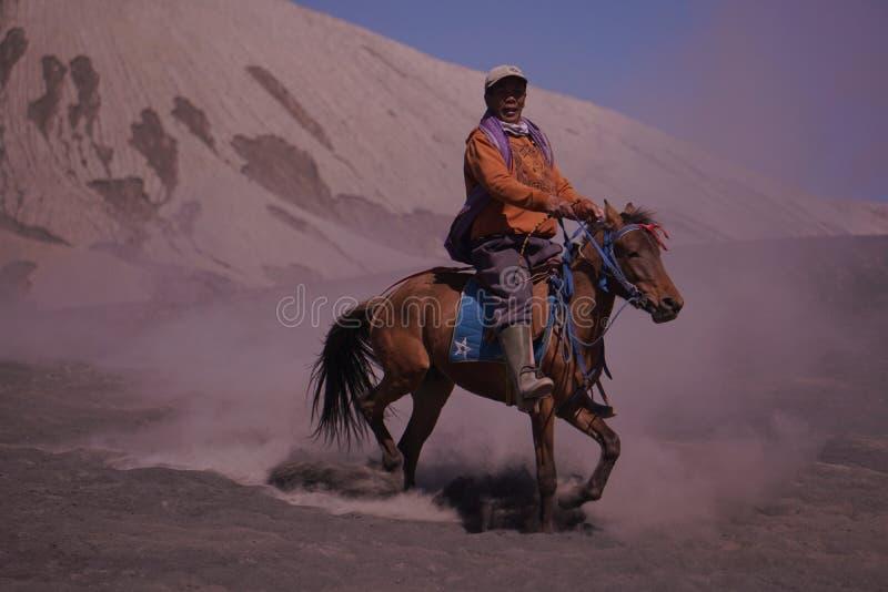 Lokale ingezetenen die de diensten Bromo van de paardrijdenhuur Nationaal Park aanbieden royalty-vrije stock foto's