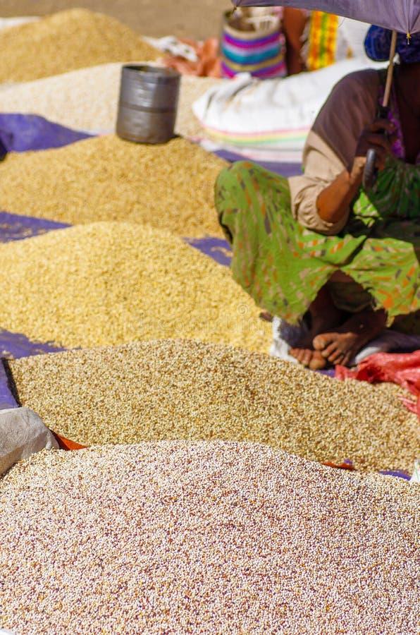 Lokale Körner für Verkauf in Lalibela lizenzfreie stockfotografie