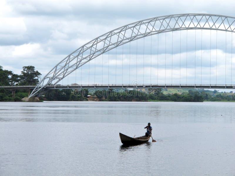 Lokale Kano op de Rivier van Volta van Ghana stock afbeelding