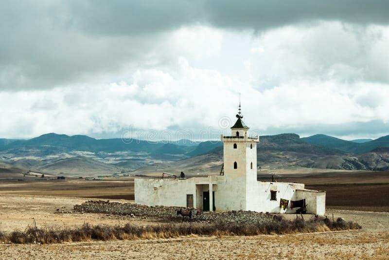 Lokale kant van de wegmoskee dichtbij Mrirt, Khenifra-provincie, Marokko stock afbeelding