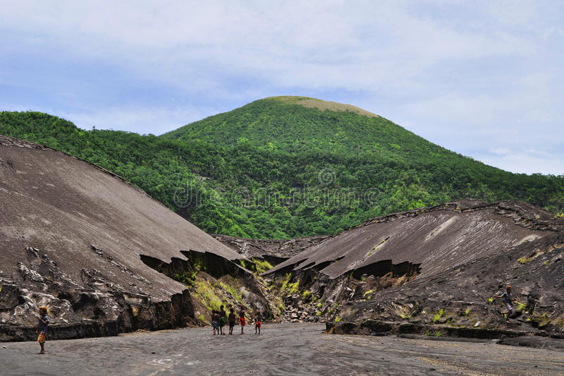 Lokale Kinder, die Bereich nahe Tavurvur-Vulkan, Rabaul, Papua neues Giunea erforschen stockfotos