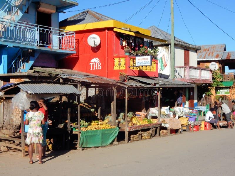 Lokale kleurrijke winkels met fruit, balkons, Madagascar, Afrika stock afbeeldingen