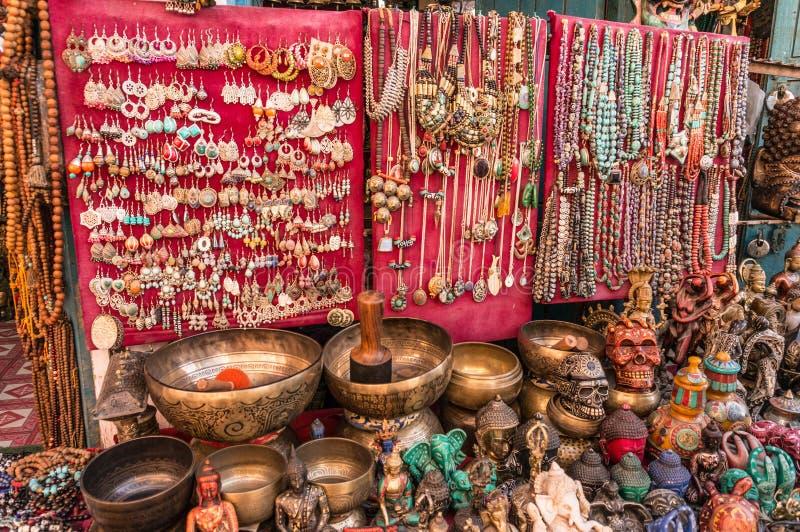 Lokale Kunst und Handwerk vom Messing- und Edelsteinstein nepal stockfotografie