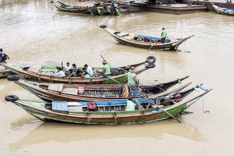 Lokale Leute in den typischen Barkassen am inle See lizenzfreie stockbilder