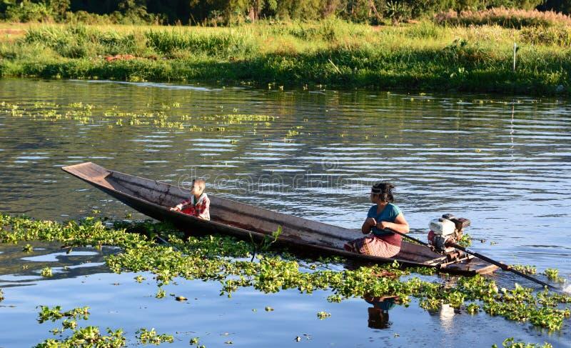 Lokale Leute Dorf Maing Thauk Inle See myanmar lizenzfreies stockbild