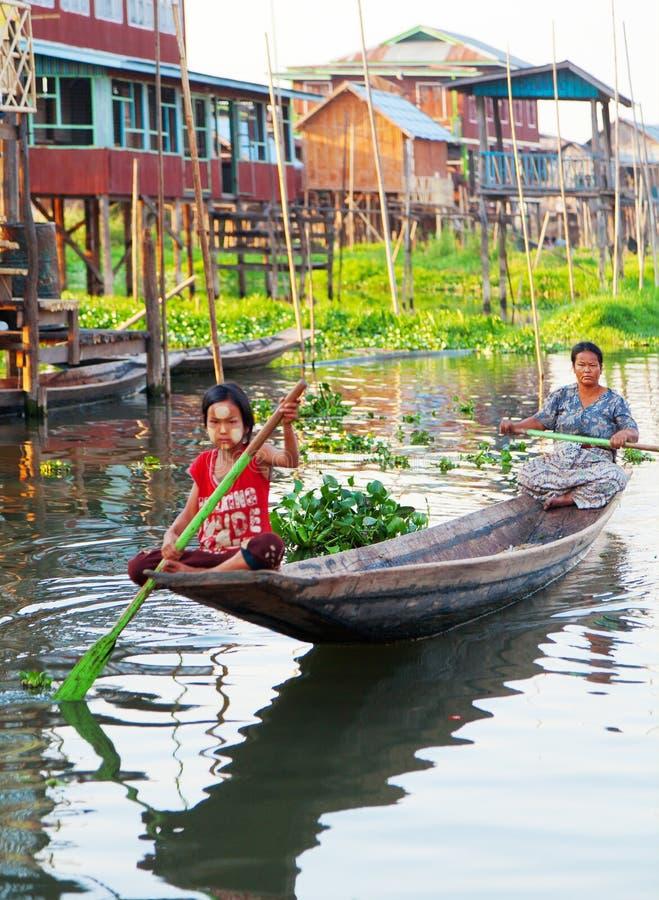 Lokale Leute im Inle See, Myanmar lizenzfreie stockfotos