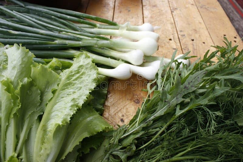 Lokale markt voor verse groenten, tuinproducten, schoon voedsel en dieetconcepten op een houten lijst stock foto's