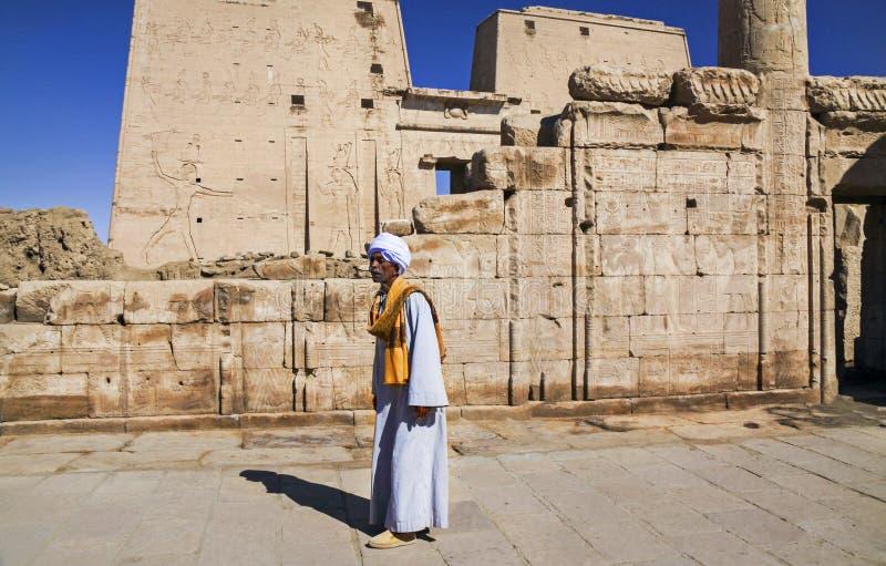 Lokale Mens in Traditionele Egyptische Kleding in Tempel van Philae stock fotografie