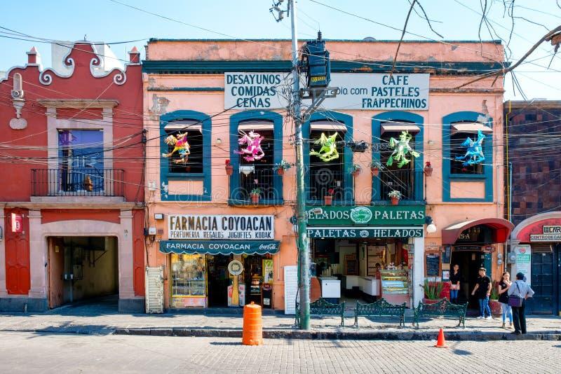 Lokale ondernemingen bij een kleurrijk koloniaal gebouw in Coyoacan in Mexico-City royalty-vrije stock foto's