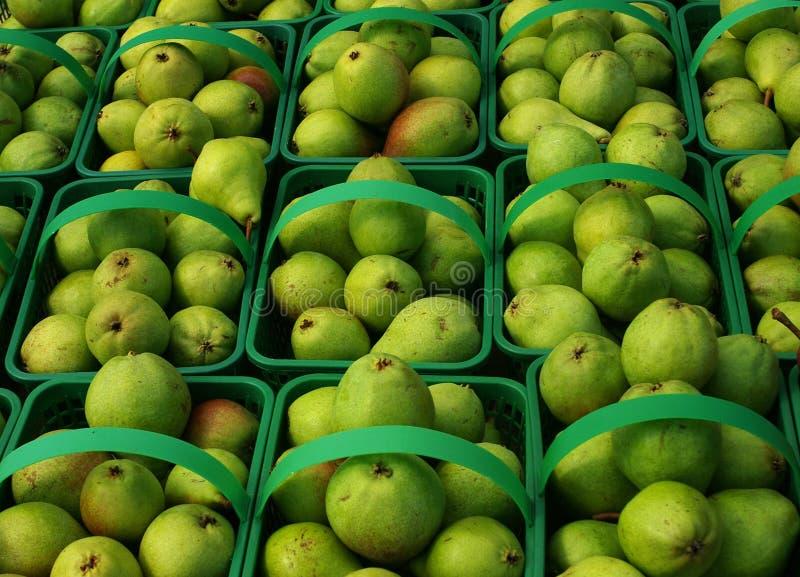 Lokale organische peren in manden, achtergrond. stock afbeeldingen