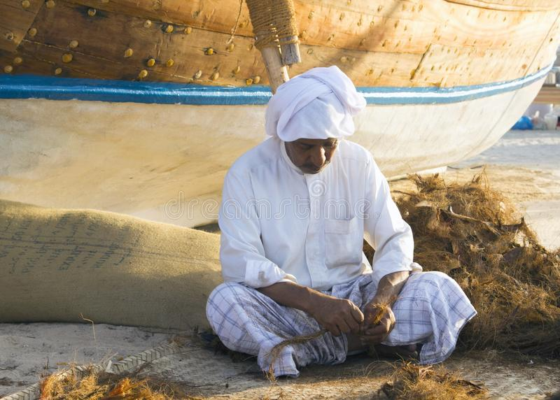 Lokale oude mens die kabels op een traditionele manier maken stock afbeeldingen
