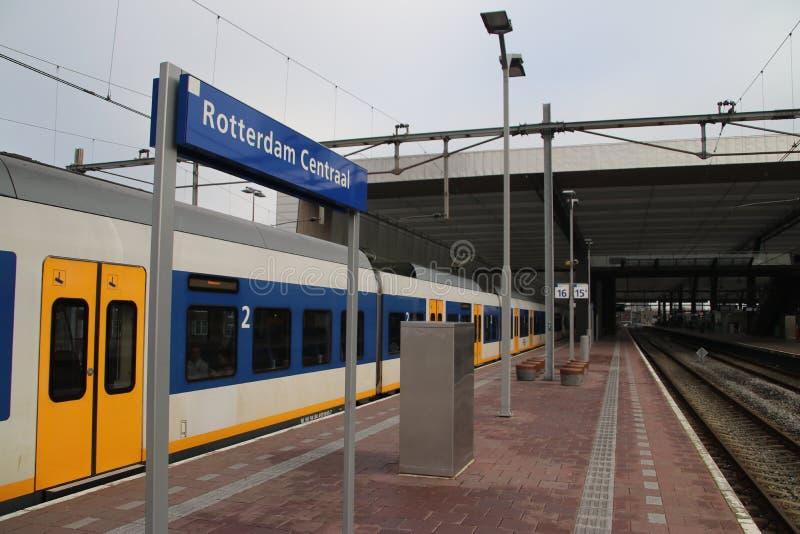Lokale Pendlerart Sprinter, der auf Rotterdam-Hauptbahnhof an der Plattform wartet, um zum Gouda zu gehen lizenzfreie stockfotografie