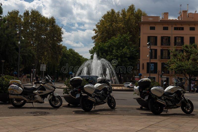 Lokale Politiemotoren in Palma de Mallorca van de binnenstad stock foto