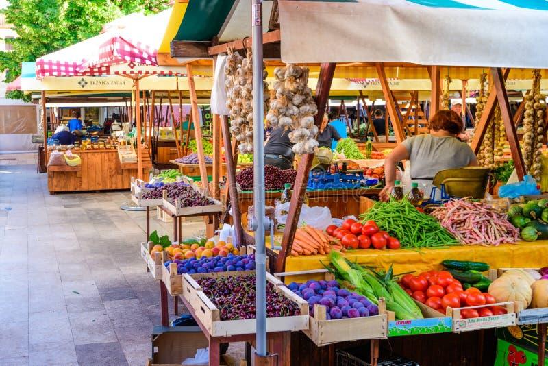 Lokale producenten en handelaars die verse lokale gekweekte vruchten en groenten op de markt aanbieden royalty-vrije stock afbeelding