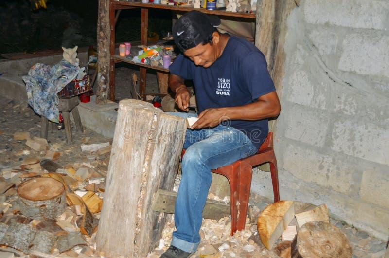 Lokale Quechua Ecuatoriaanse inheemse mensenscherf weg bij een stuk royalty-vrije stock foto