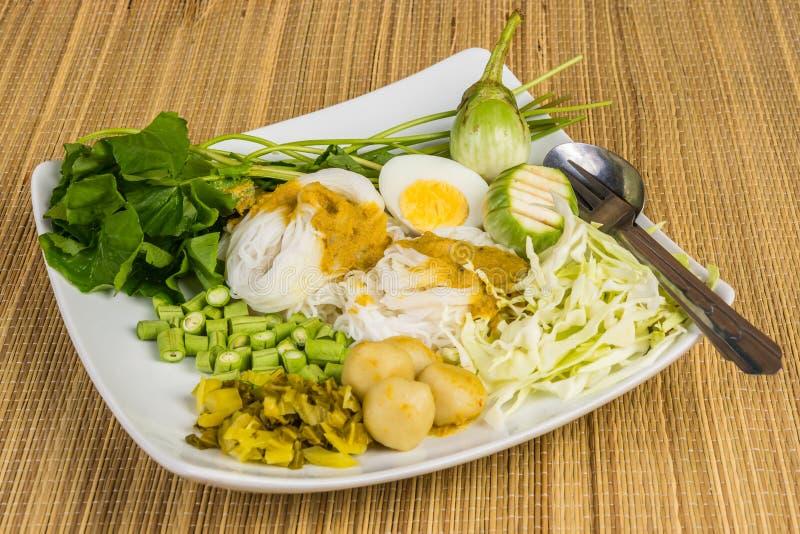 Lokale Rijstvermicelli en kerriesaus met plantaardige Kanom Jeen Nam Ya royalty-vrije stock afbeeldingen