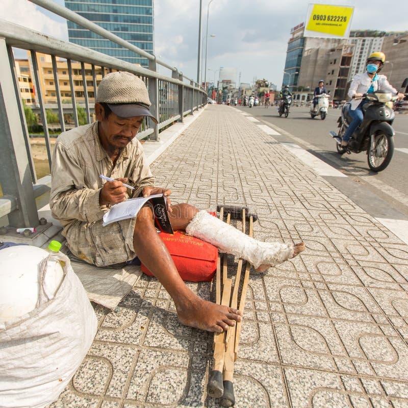 Lokale slechte Vietnamese mensenzitting op de straat stock fotografie