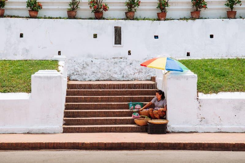 Lokale straatverkoper in Luang Prabang, Laos stock fotografie
