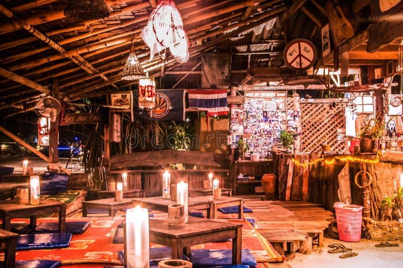 Lokale strandbar bij nacht in Koh Lanta, Krabi, Thailand stock foto
