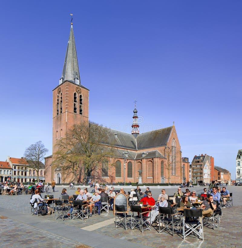 Lokale Touristen genießen eine Terrasse in Turnhout, Belgien lizenzfreie stockfotografie