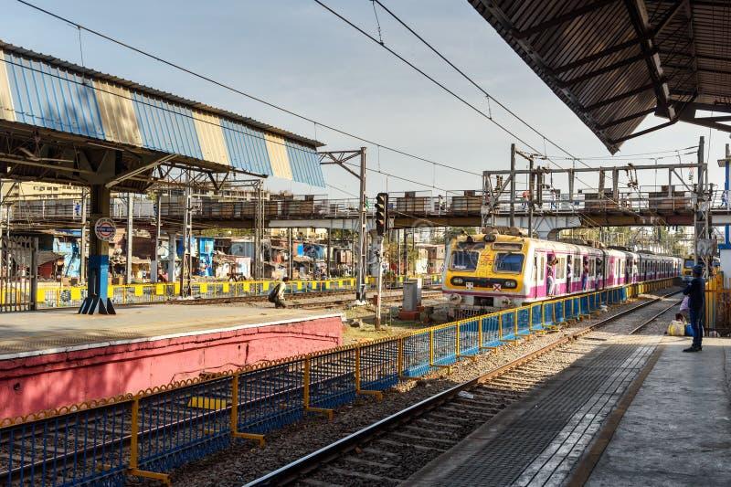 Lokale trein die aankomt op het spoorwegstation Mumbai Suburban Spoorweg India stock fotografie