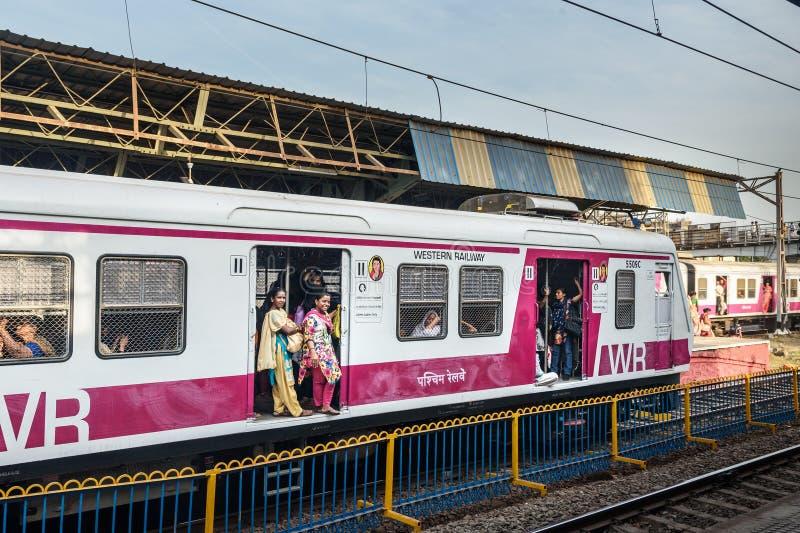 Lokale trein op het spoorwegstation Mumbai Suburban Spoorweg India royalty-vrije stock afbeelding