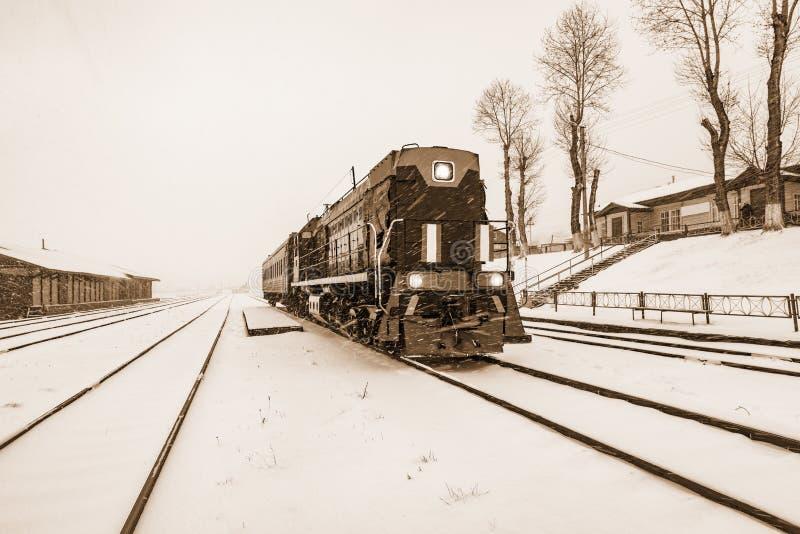 Lokale trein vóór vertrektribunes door het platform van Kultuk-post Spoorweg circum-Baikal royalty-vrije stock foto