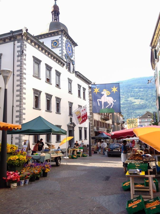 Lokale Verkäufer verkaufen Produkte in der Flohmarkt in der Stadtmitte der mittelalterlichen Stadt Sion, Wallis-Bezirk, die Schwe lizenzfreies stockbild