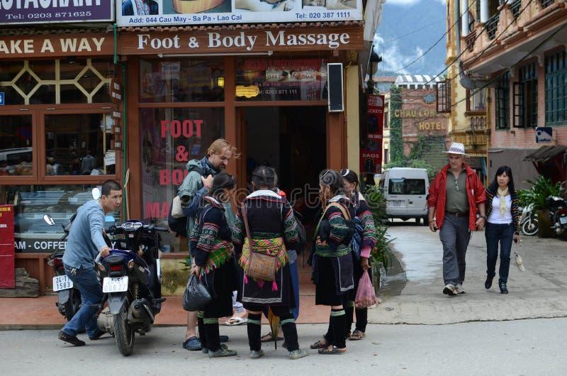 Lokale Vietnamese vrouwen en een toerist stock afbeeldingen