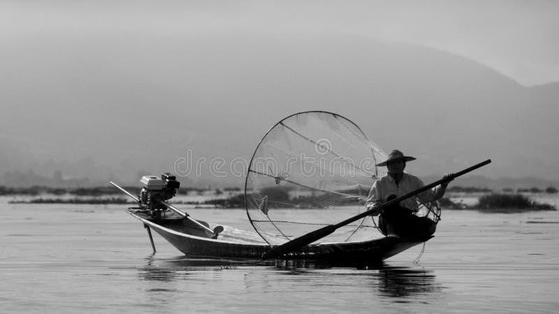 Lokale visser aan het werk aangaande Inle-Meer, Myanmar royalty-vrije stock afbeeldingen