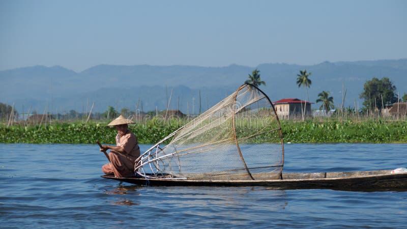 Lokale visser aan het werk aangaande Inle-Meer, Myanmar royalty-vrije stock foto