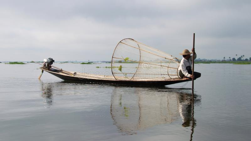Lokale visser aan het werk aangaande Inle-Meer, Myanmar stock foto