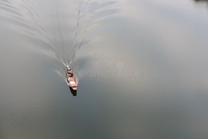 lokale visser die op zeilboot varen royalty-vrije stock foto