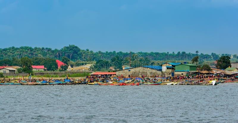 Lokale vissersboten bij de vissershaven van Kamsar, Guinea, West-Afrika stock foto's