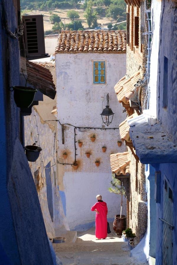 Lokale vrouw in de buitenlucht in de stad Chefchaouen, Marokko royalty-vrije stock foto's