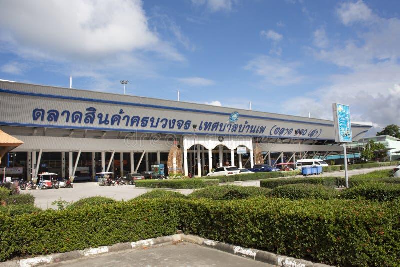 Lokale zeevruchtenmarkt voor verkoopvoedsel en snack aan reizigersvreemdeling en Thaise mensen bij het stranddorp van Verbodspae  stock afbeeldingen
